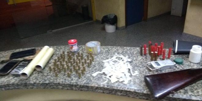 POLÍCIA FLAGRA HOMENS ENDOLANDO DROGAS EM ITAPERUNA