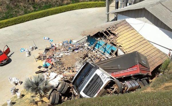 Caminhão despenca de ribanceira, destrói casa e motorista escapa sem ferimentos